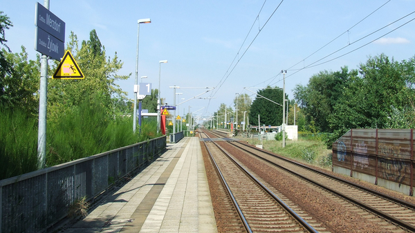 "Bild ""Train station ""Cottbus-Merzdorf"". Platform 1 is served by stopping trains headed for Cottbus"" von Trio3D https://de.wikipedia.org/wiki/Datei:Station_Cottbus_Merzdorf_%28platform_1%29.png Lizenz: CC BY-SA: https://creativecommons.org/licenses/by-sa/3.0/deed.de"