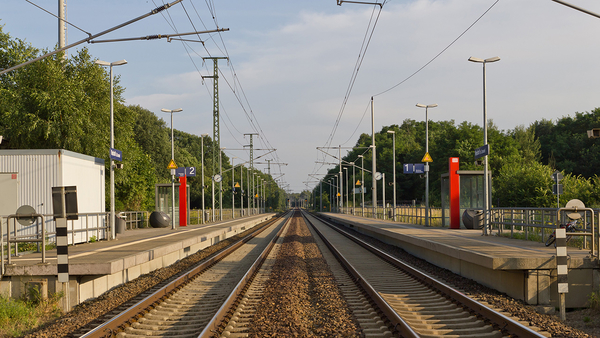 "Bild ""Bahnstation in Neuhof bei Wünsdorf, TF, Brandenburg"" von A.Savin https://de.wikipedia.org/wiki/Datei:Weisen_Bahnhof_1.JPG Lizenz: CC BY-SA: https://creativecommons.org/licenses/by-sa/3.0/deed.de"